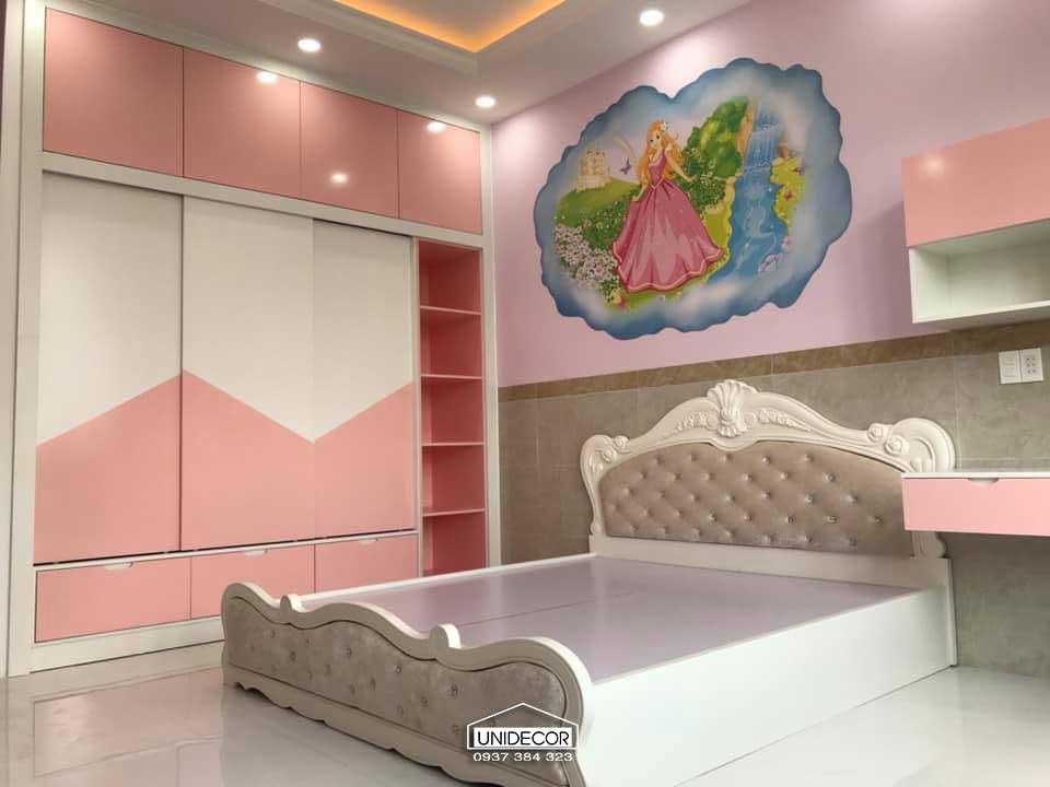 Tủ gỗ chứa đồ màu hồng cho bé gái