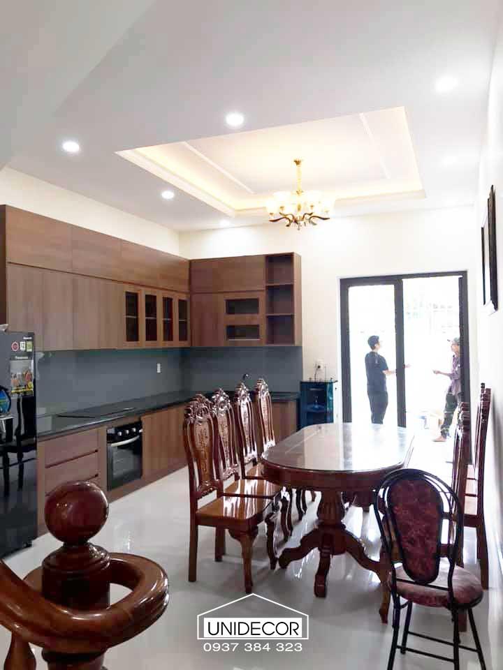 Phòng bếp nội thất bao gồm: Hệ tủ treo, hệ tủ dưới, kính màu ốp, máy hút mùi