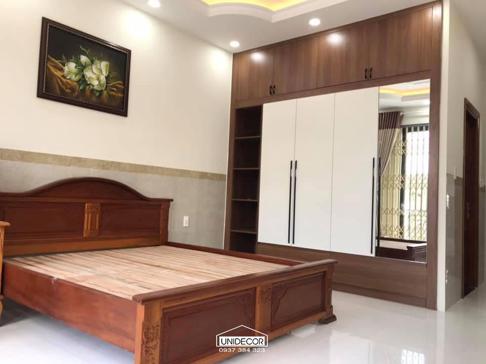 Phòng ngủ người lớn: Giường gỗ tự nhiên và hệ tủ gỗ công nghiệp chứa đồ