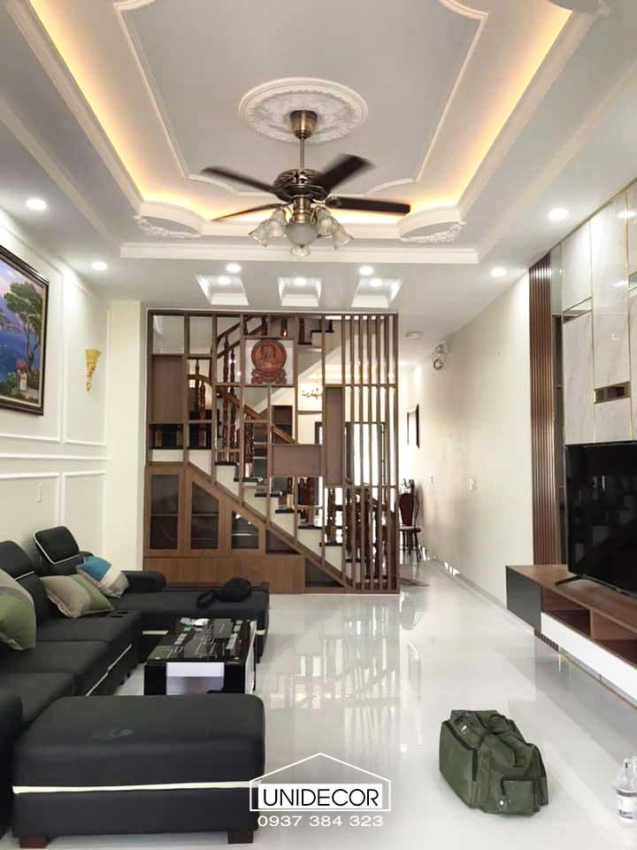 Nội thất phòng khách hoàn thiện với hệ lam cầu thang và hệ đá vách tivi