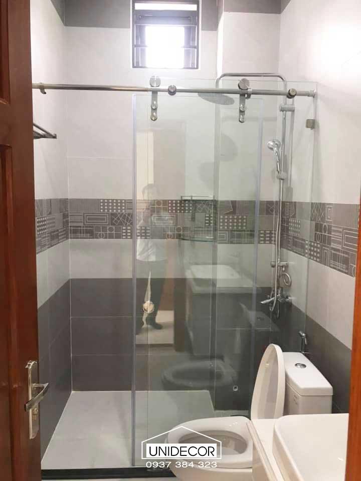 Thi công kính phòng tắm nhà phố