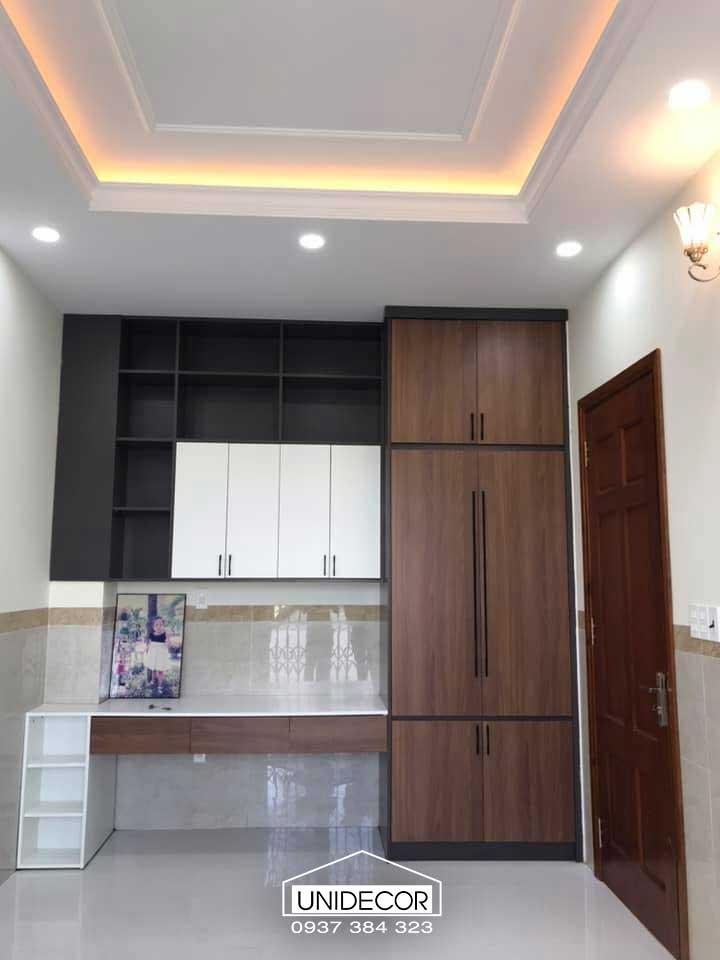 Tủ chứa tài liệu và bàn làm việc bằng gỗ công nghiệp của anh chủ nhà