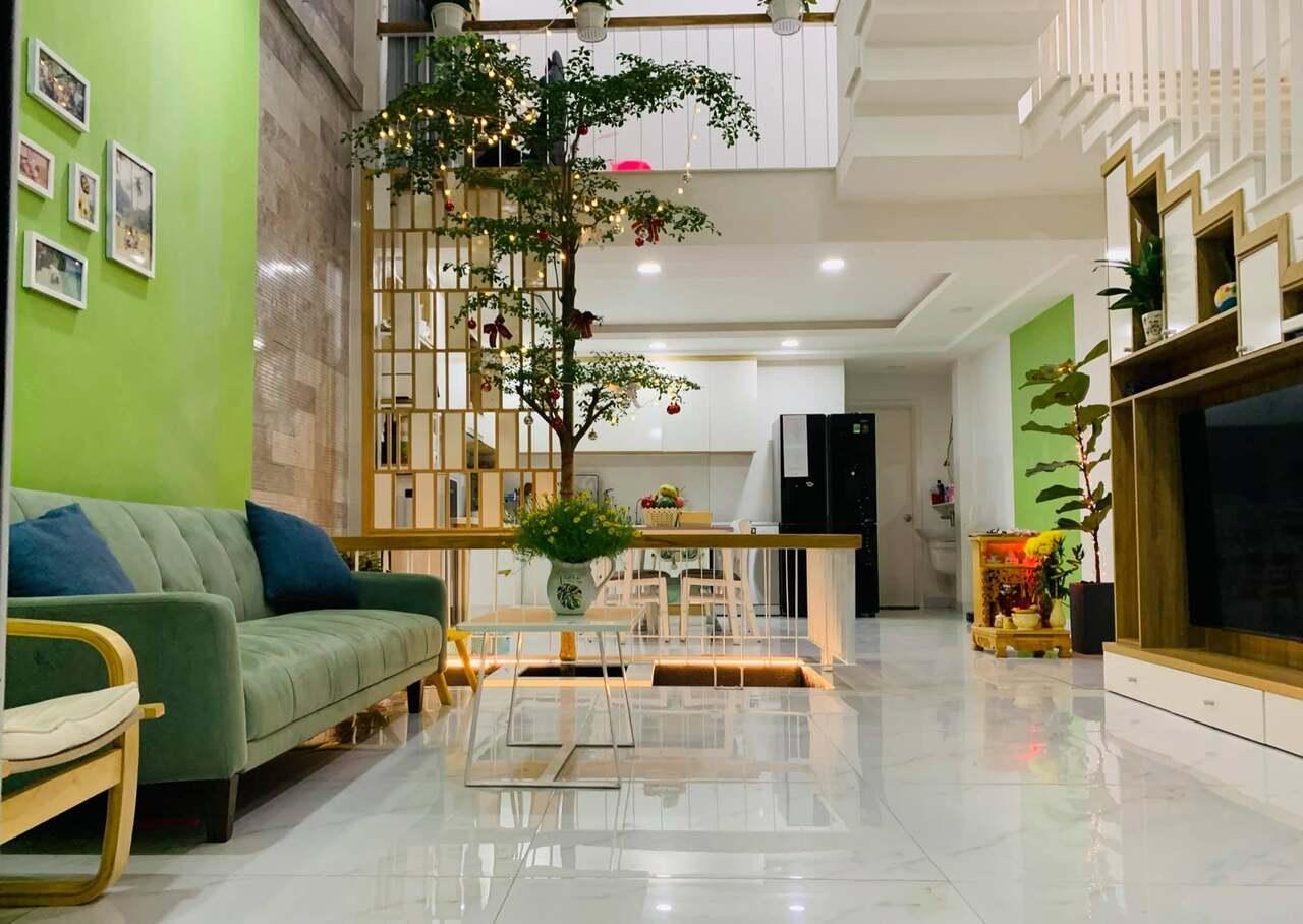 Phòng khách rộng thoáng nhờ dời cầu thang sát tường, nên nhìn nhà rộng rãi hơn