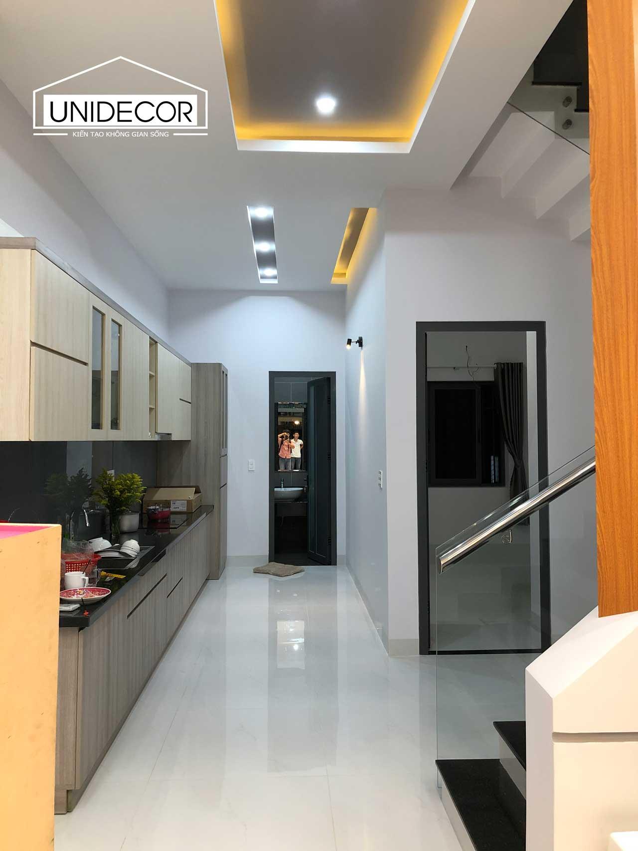 Khu vực bếp và lối đi toilet và phòng ngủ tại tầng 1