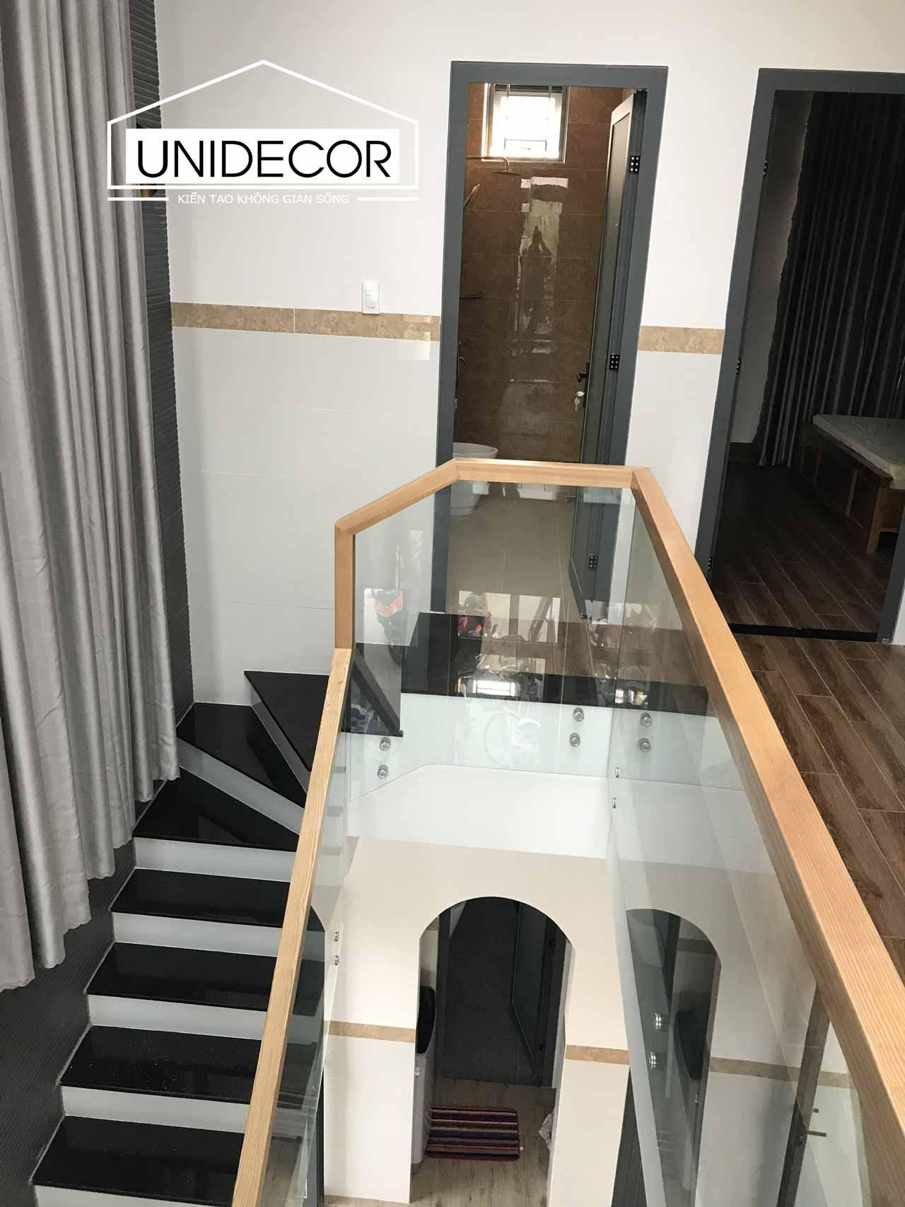 Cầu thang thông tầng được làm bằng kính chắc chắn