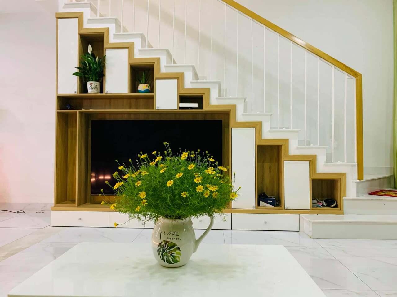 Cầu thang phòng khách đặt sát tường để tối ưu không gian phòng khách