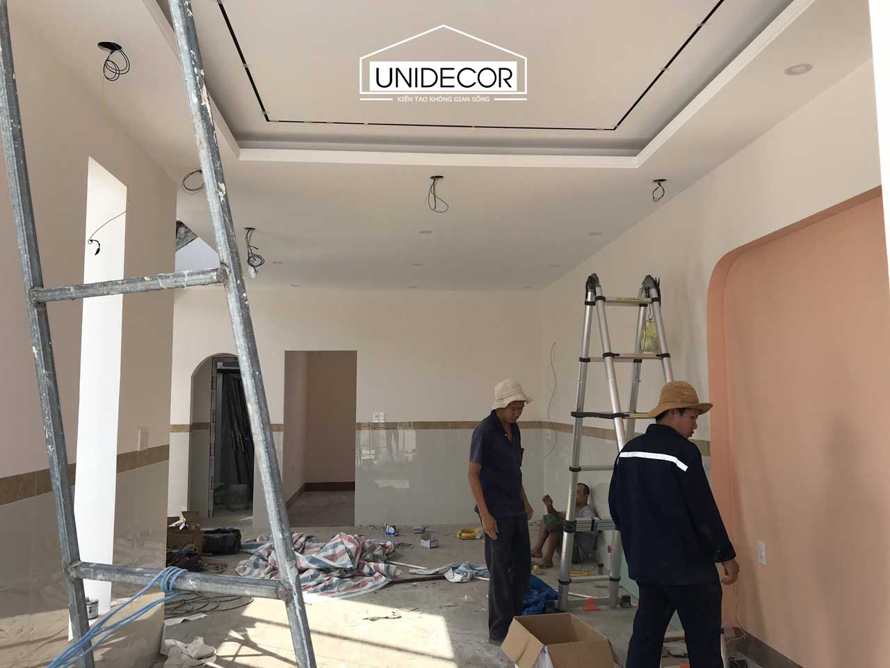 Đội thợ hoàn thiện phần điện và sơn nước