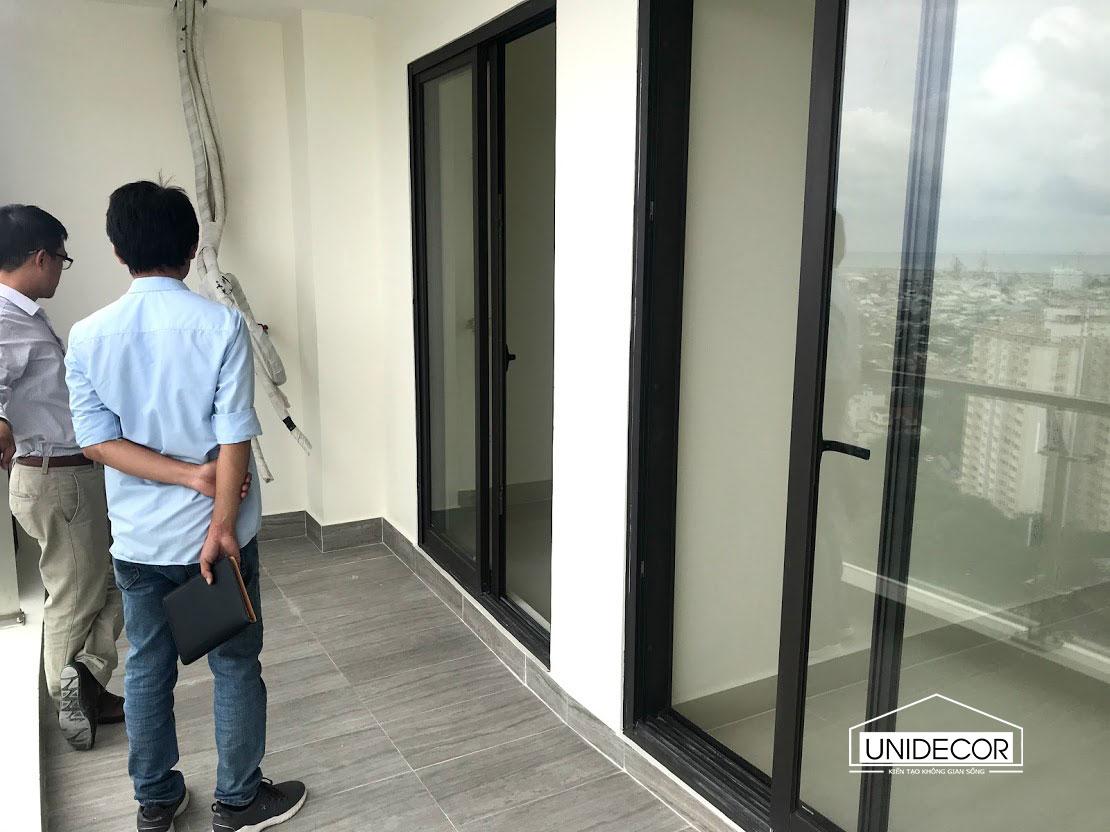 Kỹ sư khảo sát căn hộ chuẩn bị cho việc thiết kế và thi công